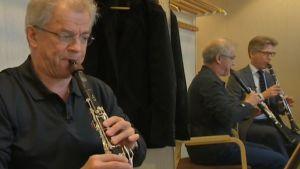 Osmo Vänskä ja Janne Koskinen soittavat Crusellin klarinettiduoa.