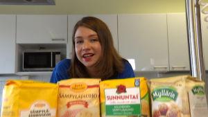 Salla Hekkala testaa kolmen kovan leipojan kanssa sämpyläjauhot.
