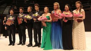 VII kansainvälisen Mirjam Helin -laulukilpailun finalistit kukitettuina kilpailun jälkeen.