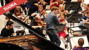 Pianotaiteilija Jonathan Biss ja kapellimestari Joshua Weilerstein RSOn harjoituksissa 17.9.2014 konserttia varten.