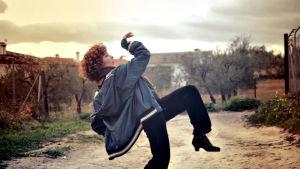 Legendaarinen Rosario Toledo avaa Samille flamencon tanssillisia merkityksiä Espanjassa.
