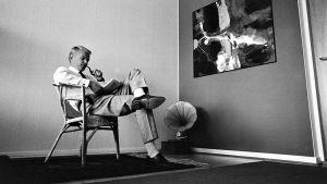 Säveltäjä, muusikko lasse Mårtenson kotonaan 1965.