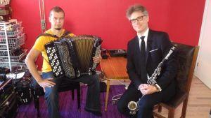 Klassisen musiikin koulutuksen saanut Janne Koskinen ei osaa improvisoida ja hakee oppia virtuoosi Kimmo Pohjoselta.
