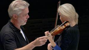 Kapellimestari Jukka-Pekka Saraste ja viulisti Elina Vähälä.