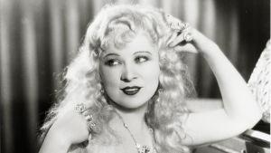 Mae West elokuvassa Vaarallinen kaunotar.