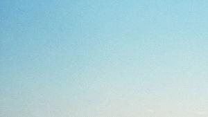 Aavikkomaisema Abu Dhabissa, voimalinja horisontissa