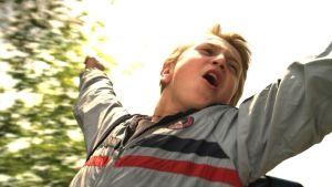 Nuori poika tuulettaa