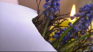 Påskägg i gips med dekorativa blommor.