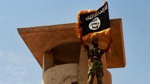 IS-krigare poserar med flagga i Irak.