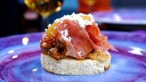 Kantarelltoast med sikrom, lufttorkad skinka och pepparrot