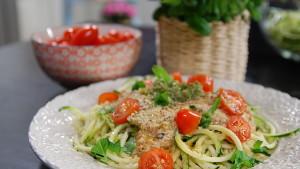 Raw zucchinipasta med tomatsås och pesto