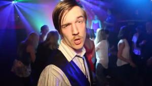 Screenshot från humorgruppen Kajs musikvideo Jåo nåo e ja jåo YOLO ja nåo.