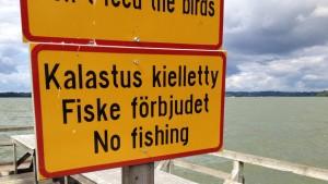 """Skylt med texten """"Fiske förbjudet"""""""