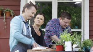 Paul Svensson och Michael Björklund tillverkar bastukorv.