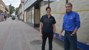 Veera Holmström och Magnus Envall på Kungsgatan i Ekenä