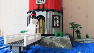 Legobyggaren Topi Haapanen i Borgå har byggt en muminfyr av legoklossar med muminpappan på bryggan framför fyren