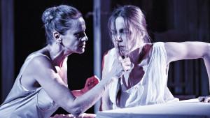 """Ylva Ekblad och Maria Salomaa i """"Edith - Skrattande strimma av en scharlakanssol"""" på Wasa teater"""