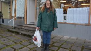 Britt-Mari Hakala är tacksam för maten hon får från Ekenäs matbank.