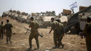 Israeliska soldater vid gränsen mot Gaza.