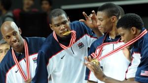 Kevin Durant (med medaljen) och USA försvarar VM-guldet från 2010.