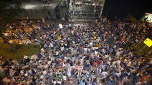 Demokratiaktivister utanför en regeringsbyggnad i Hongkong under natten den 28 september 2014.