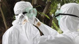 Vårdare som sköter ebola-patienter klär sig i skyddsdräkt.