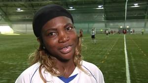 Ayisat Yusuf-Aromire leder mångkulturella föreningen Monaliikus fotbollsträning för kvinnor.
