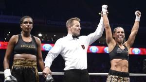 Eva Wahlström vann över Halanna Dos Santos med klara domarröster.