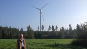 Patrik Holm framför Merventos vindmölla