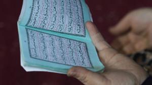 Kvinna läser koranen.