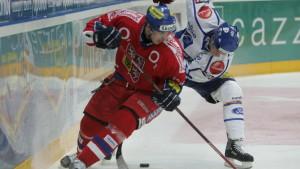 Josef Hrabal kämpar om pucken med Riku Hahl 2007.