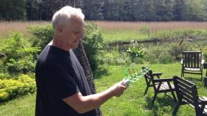 Christian Blom mäter strålning från en basstation i närheten