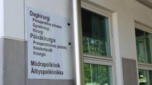 Skylt på Västra Nylands sjukhusområde i Ekenäs.