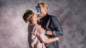 Maria Sundblom-Lindberg och Henrik Lindberg kysser varann