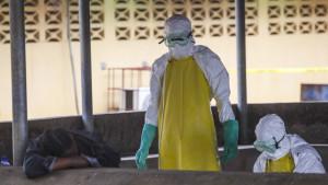 Vårdpersonal i Liberia tar hand om smittade patienter.