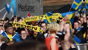 Svenskar hejar på Sanna Nielsen på röda mattan.