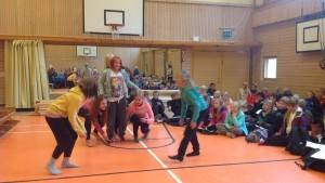 Elever uppträder med dans då Merituulen koulu i Ingå firar taklagsfest för nybygget och renoveringen av skolan.