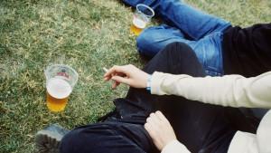 Tonåringar som röker och dricker öl