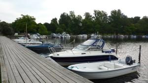 Småbåtar förtöjda vid brygga i Ekenäs.