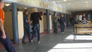 Elever i skolkorridor.