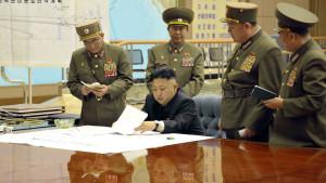 Nordkoreas ledare Kim Jong-un ser över militära strategier