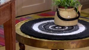 Den vävda mattan används här som bordduk