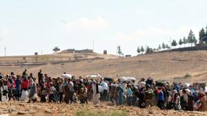 Kurder på flykt undan IS i Syrien överskrider gränsen till Turkiet.