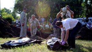 Lik bärgas från en massgrav i Slovjansk i östra Ukraina.