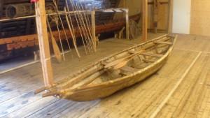 Forntida båt gjord av trä och älgskinn.