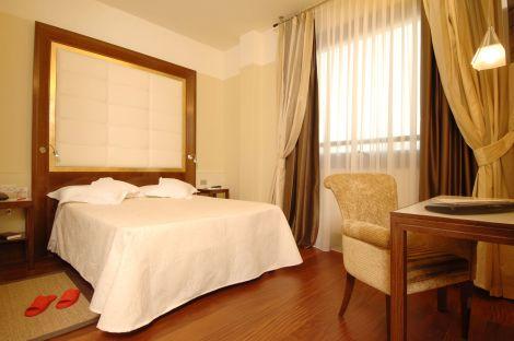 Hotel raffaello mil n desde 360 rumbo for Bar madera brescia