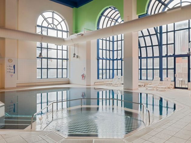 Crowne plaza leeds hotel leeds from 64 for Swimming pools leeds city centre