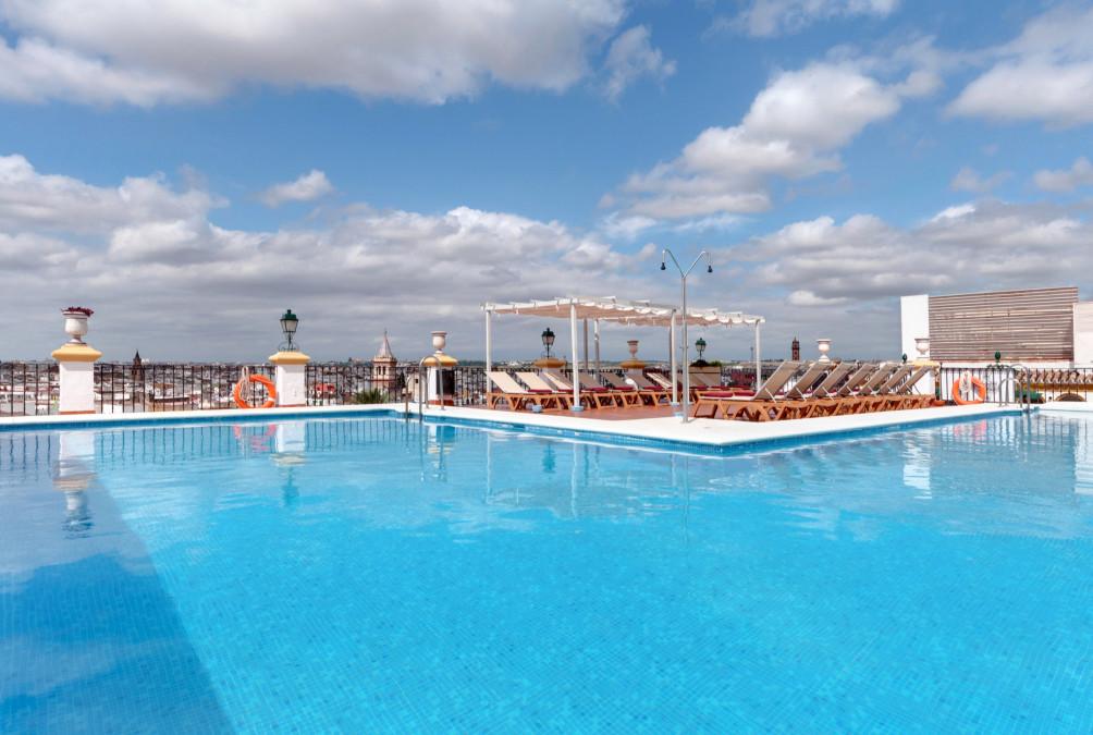 Hoteles en sevilla desde 16 rumbo for Hoteles sevilla con piscina
