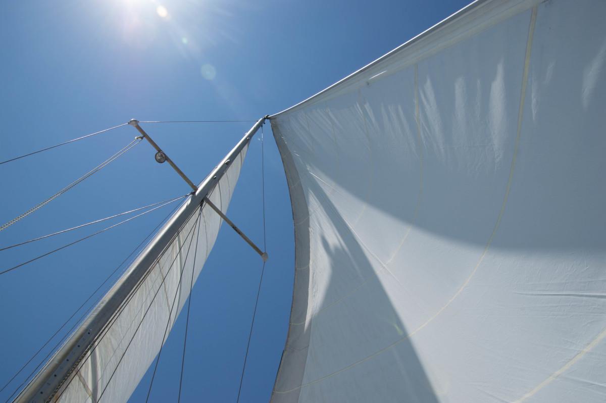 Columbia 28' Under Full Sail