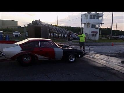 На соревнованиях по дрэг-рейсингу Showtime Dragstrip во Флориде (США) «заряженный» Chevrolet взорвался на стартовой прямой в Магадане « автомагадан
